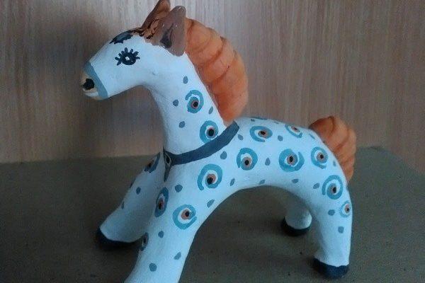 Игрушка из глины лошадка