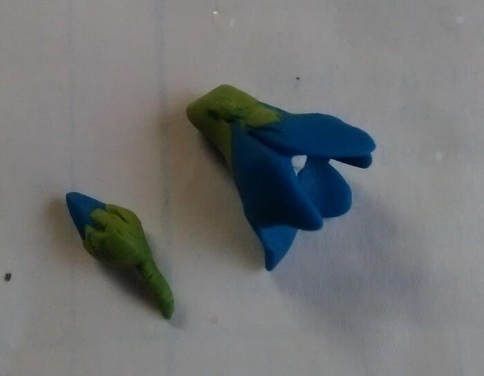 Украшение заколки цветами из глины