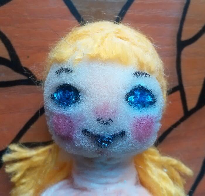 Как сделать маленькую куклу из пробки