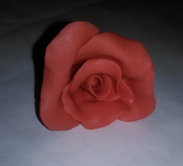 Красивая роза из пластика