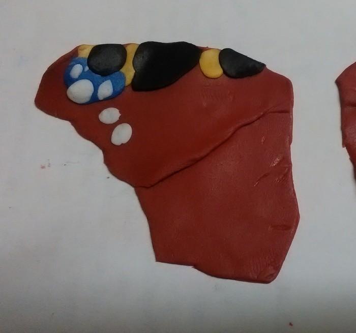Украшение из полимерной глины в цветы