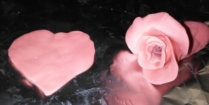 Украшение красная роза из полимерной глины